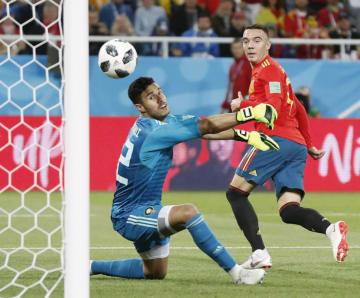 スペイン―モロッコ 試合終了間際、同点ゴールを決めるスペインのアスパス(右)。いったんはオフサイドの判定が出たが、VARで認められた=カリーニングラード(AP=共同)
