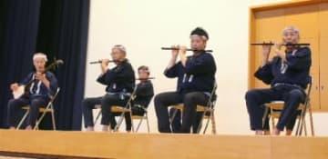 演奏を披露する日田祇園囃子保存会のメンバー