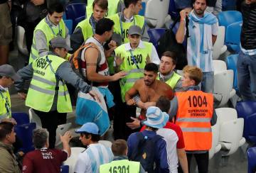 1次リーグのアルゼンチン―クロアチアで試合後に係員に制止されるファン=21日、ニジニーノブゴロド(ロイター=共同)