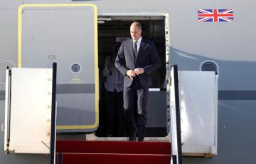 イスラエル公式訪問でテルアビブの空港に到着した英ウィリアム王子=25日(ゲッティ=共同)