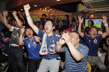 後半、本田圭佑選手の同点ゴールに喜ぶサポーター=25日午前1時35分ごろ、松山市二番町2丁目