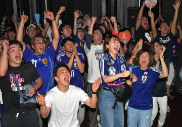 本田圭佑選手の同点ゴールが決まり、盛り上がるサポーター=水戸市元吉田町、高松美鈴撮影