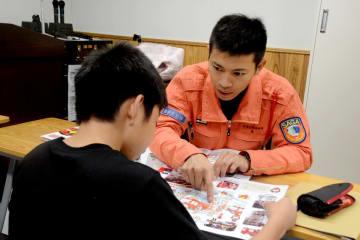 消防士の仕事を紹介する佐賀広域消防局の職員=佐賀商工ビル