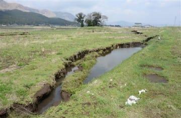 熊本地震で地盤の陥没や地割れが起きた阿蘇市的石地区の水田=2017年4月、同市