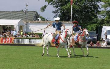 ポロの本場である英国で「加賀美流騎馬打毬」を披露する板橋正直さん(左)と前田智久さん=10日、英国ロンドン(ポロ・ビーシーエス提供)