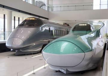 新館1階に展示されたE5系新幹線の模型(右)=26日午前、さいたま市