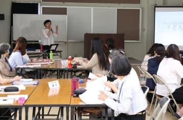 子育て支援員研修を受講する市民たち=大村市総合福祉センター