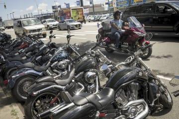 25日、米ニューヨークで、店頭に並ぶハーレーダビッドソンのオートバイ(ゲッティ=共同)