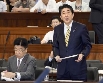参院厚労委で答弁する安倍首相。左は加藤厚労相=26日午前