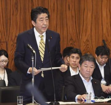 参院内閣委で答弁する安倍首相。右隣は茂木経済再生相=26日午前
