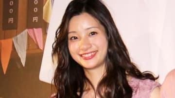 映画「キスできる餃子」の公開記念舞台あいさつに出席した足立梨花さん