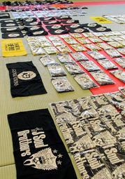 兵庫県警が押収した人気グループ「三代目 J Soul Brothers」などの偽グッズ=神戸水上署