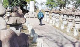 伊達綱村の墓(中央)や石灯籠が並ぶ無尽灯廟