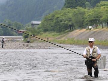 本格的な釣りシーズンに入り、川にさおを向ける釣り人(高島市朽木古川)