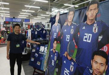 記念写真も撮れる等身大パネルをはじめ、日本代表関連商品をそろえる店内=諫早市、マツバラスポーツフィールド館