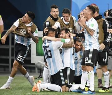 ナイジェリア―アルゼンチン 後半、決勝ゴールを決めたロホ(16)と抱き合って喜ぶアルゼンチンのメッシ=サンクトペテルブルク(共同)