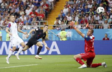 アイスランド―クロアチア 後半、決勝ゴールを決めるクロアチアのペリシッチ(中央)=ロストフナドヌー(ゲッティ=共同)