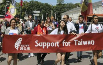26日、ベルギー・ブリュッセルで、デモ行進する台湾市民ら(共同)