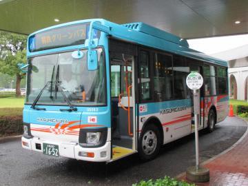 お披露目された新型の広域バス=かすみがうら市深谷