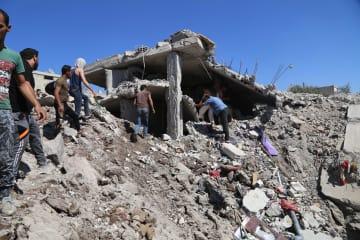 26日、シリア南西部ダルアー県で破壊された建物(ゲッティ=共同)