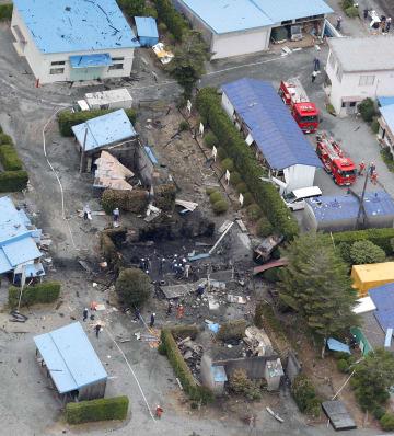 爆発があった花火工場=27日午後0時41分、浜松市北区(共同通信社ヘリから)