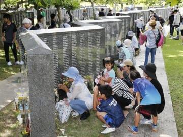 沖縄県では6月23日は「慰霊の日」。沖縄戦犠牲者の名前が刻まれた「平和の礎」を遺族らが訪れた=沖縄県糸満市摩文仁