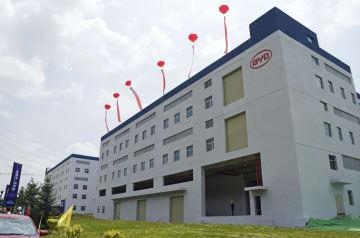 稼働を始めた、比亜迪のEVなどに使うリチウムイオン電池の新工場=27日、中国青海省西寧(共同)