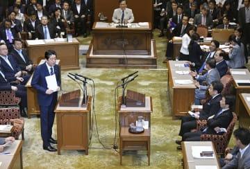 党首討論で、立憲民主党の枝野代表(右手前から3人目)の質問に答える安倍首相=27日午後、国会