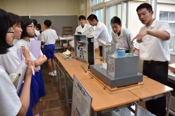 飯豊中生に発電の仕組みを説明する電気科の生徒