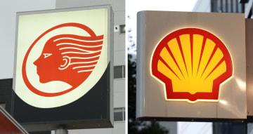 出光興産(左)と昭和シェル石油のガソリンスタンドの看板
