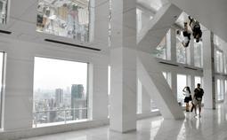 天井の一部を鏡張りにし、開放感あふれる空間に改装した展望フロア=大阪市北区大淀中1