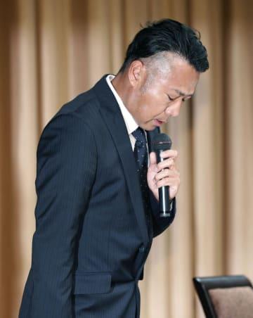 プロアマ戦での言動を巡り、記者会見で謝罪するプロゴルファーの片山晋呉選手=27日午後、東京都内のホテル