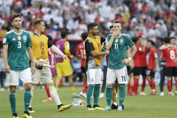 韓国に敗れて1次リーグ敗退が決まり、肩を落とすロイス(11)らドイツイレブン=カザン(共同)