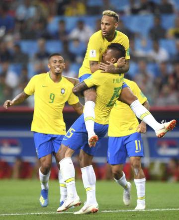 セルビア―ブラジル 前半、先制ゴールを決めたパウリーニョ(手前)に抱きつくブラジルのネイマール=モスクワ(ゲッティ=共同)