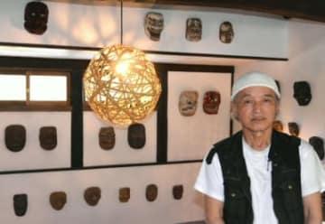 17年ぶりに美術館を再オープンさせた高見乾司さん。館内には九州の民俗仮面が並ぶ=由布市湯布院町川北