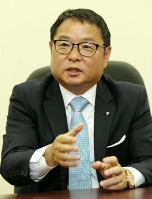 インタビューに答える九州電力の池辺和弘新社長=福岡市の九州電力本社