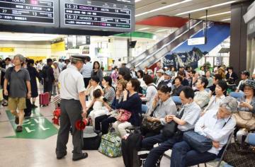 秋田新幹線のダイヤが乱れ、混雑する盛岡駅構内=27日午後3時40分ごろ、盛岡市盛岡駅前通