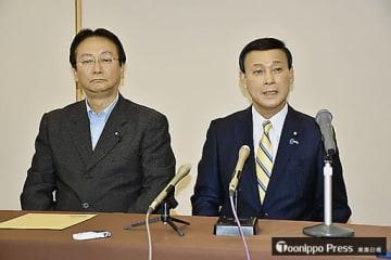 記者会見で抱負を述べる滝沢氏(右)。左は江渡会長