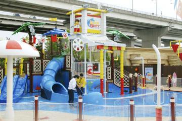 「レゴランド・ジャパン」内に完成した、水遊びが楽しめる新施設「レゴ・シティ・ビーチ・パーティ」=28日午前、名古屋市