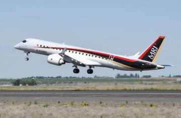 飛行試験で米ワシントン州のグラントカウンティ国際空港を飛び立つ三菱航空機のMRJ=27日(共同)
