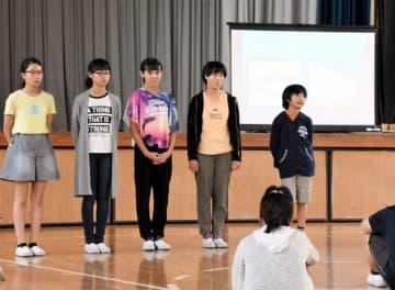 弥生小との交流に向けて、八幡平市内の観光地などの紹介を練習する平舘小の6年生