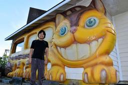 映画「となりのトトロ」に出てくるネコバスを基に3Dプリンターで制作したマイク・本田さん=神戸市灘区六甲山町