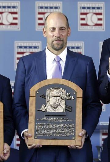 2015年、野球殿堂入りし、式典で表彰を受けたジョン・スモルツ氏(AP=共同)