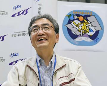 はやぶさ2が小惑星「りゅうぐう」近くの目的地に到着したことを受け、笑顔で記者の質問に答えるJAXAの吉川真准教授=27日午前、相模原市のJAXA相模原キャンパス