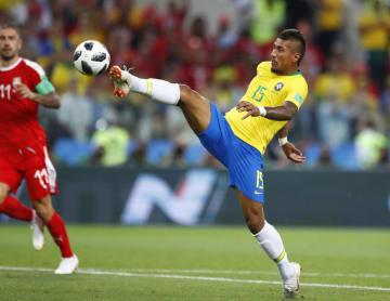 セルビア―ブラジル 前半、先制ゴールを決めるブラジルのパウリーニョ=モスクワ(AP=共同)