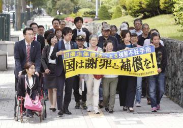 旧優生保護法を巡り、国に損害賠償を求めた訴訟で札幌地裁に向かう原告の支援者ら=28日午前