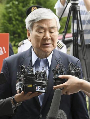 ソウル南部地検に出頭し、記者団の質問に答える韓進グループの趙亮鎬会長=28日(共同)