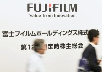 富士フイルムホールディングスの株主総会に向かう株主ら=28日午前、東京都港区