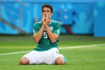 韓国に敗れ、GL敗退が決まった王者ドイツ。フンメルスが膝から崩れ落ちた photo/Getty Images