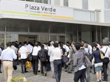 スルガ銀行の株主総会の会場に入る株主ら=28日午前、静岡県沼津市